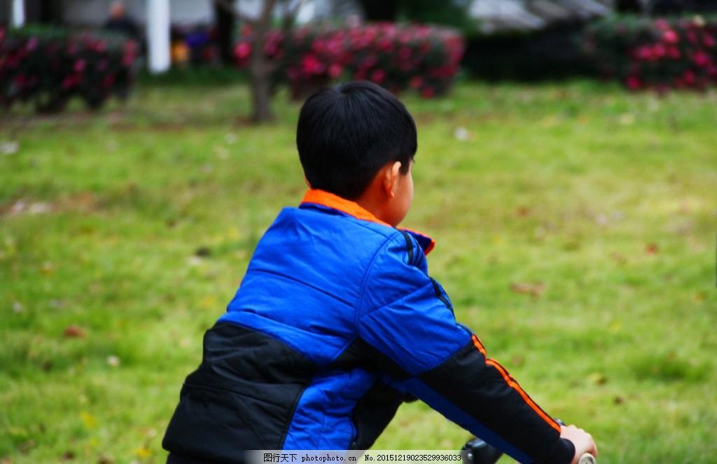 小男孩背影 自行车 骑车 绿草红花 童年 快乐时光 加油 摄影 人物图库
